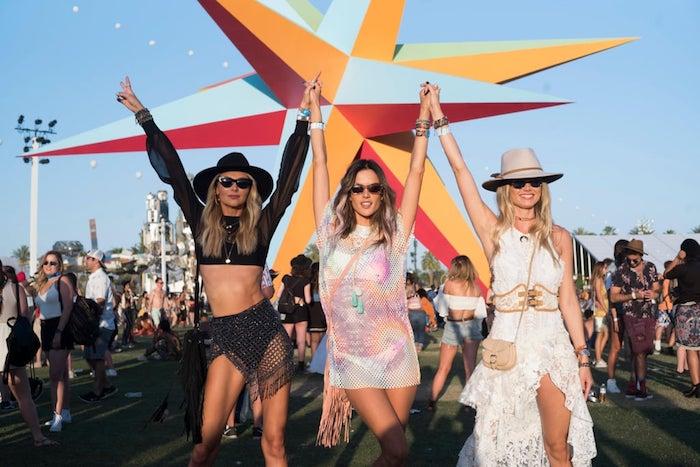 Trois amies en tenues parfaites pour coachella, dentelle robe longue blanche hippie chic, robe courte crochet, look boheme tenue coachella célébrité