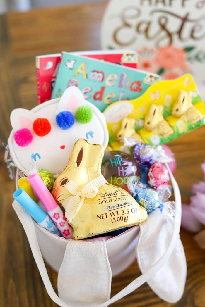 Lapin doré de Lindt, pastels et cahiers de coloriage cadeau enfant pâques, basket a faire soi meme, idee cadeau paques simple pas cher