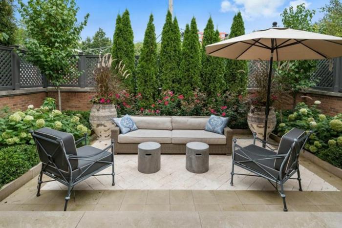 Canap\e blanc et fauteuils gris, parasol terrasse exterieur, aménager une terrasse jardin avec meubles