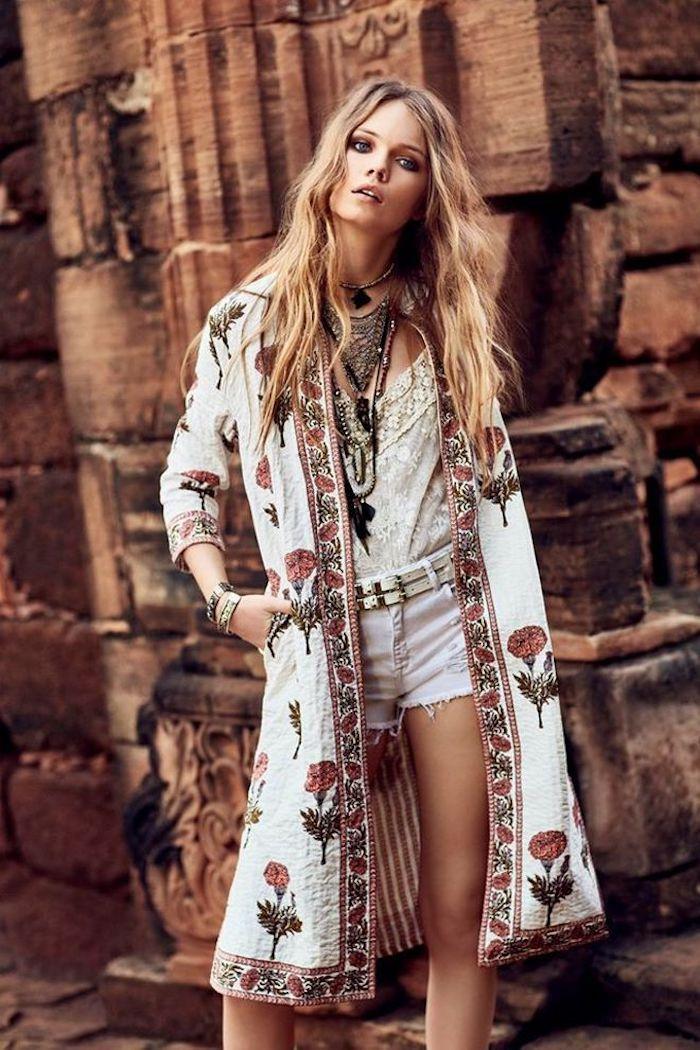 Tenue desert style boheme, idée de kimono fleurie en top de jean short et debardeur, kimono longue fleurie boheme, look festival femme bohème