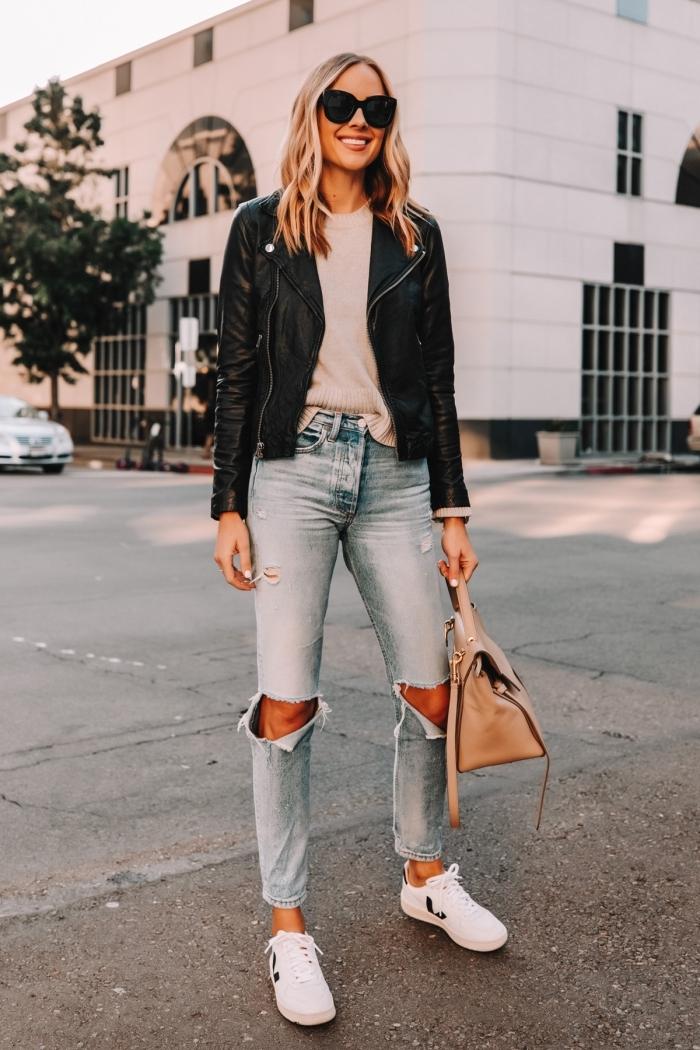 idée comment porter la veste biker femme avec jeans clairs déchirés et pull beige, tenue casual chic avec denim et biker veste