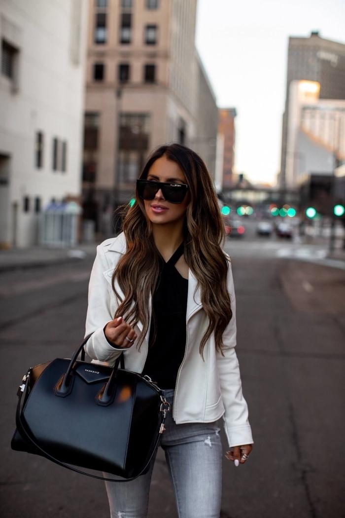 modèle de veste courte femme habillée en blanche, tenue chic en top noir et jeans gris avec veste blanche et accessoires noirs