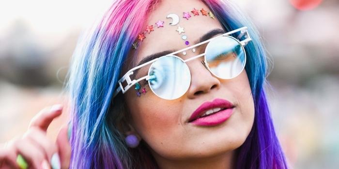 idée de maquillage année 70 facile à faire soi-même avec stickers autocollants pour visage, look licorne pour festival femme
