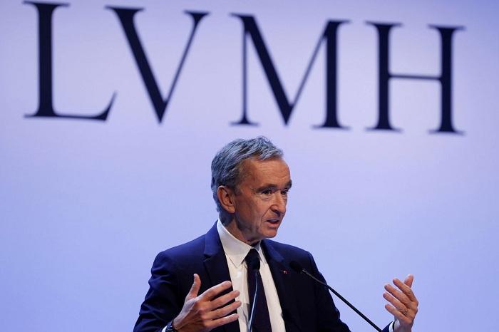 Le PDG de LVMH Bernard Arnault annonce que les usines du groupe fabriqueront gratuitement du gel hydro alcoolique