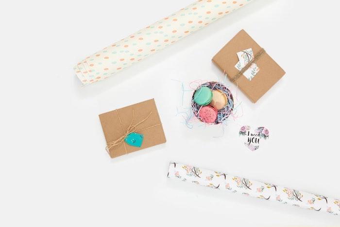 Macarons ou bonbons dans petites boites personnalisées d'un écriteau idée cadeau fait main, idee cadeau paques lapin fleurs symboles