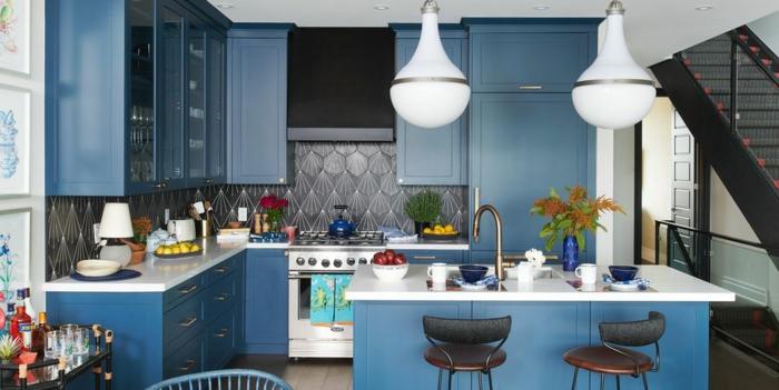 Bleu claire et bleu sombre en association, couleur bleu marine, cuisine blanche et bleu, inspiration cuisine