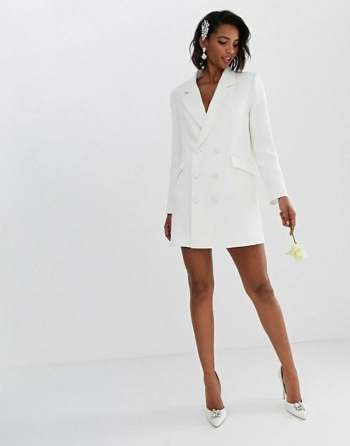 Veste blazer blanc long portée comme robe, idée tailleur blanc pour femme, tenue chic tailleur pantalon femme
