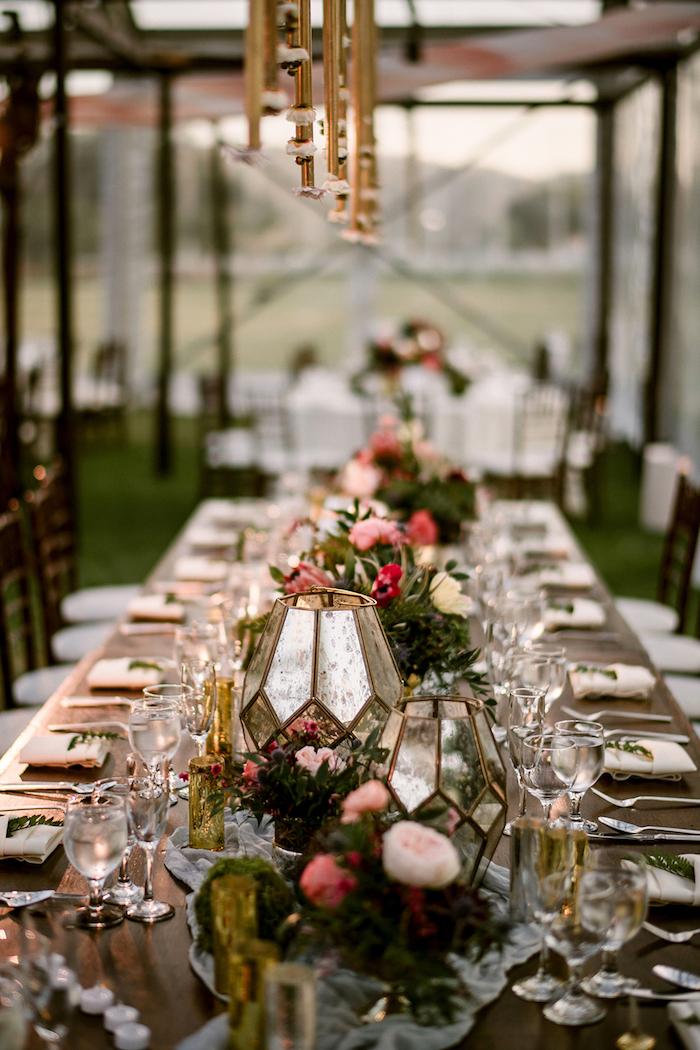 Belle table longue décorée de fleurs theme champetre, deco table mariage champetre centre fleurs