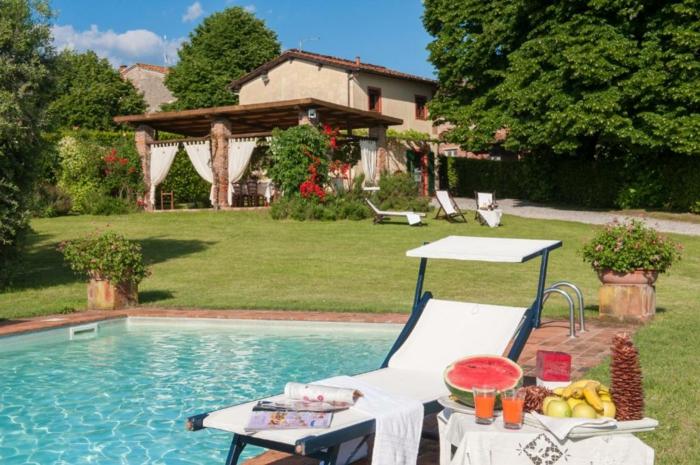 Maison avec piscine, beau jardin verte, idée jardin paysager, meubles exterieurs pour aménager une terrasse