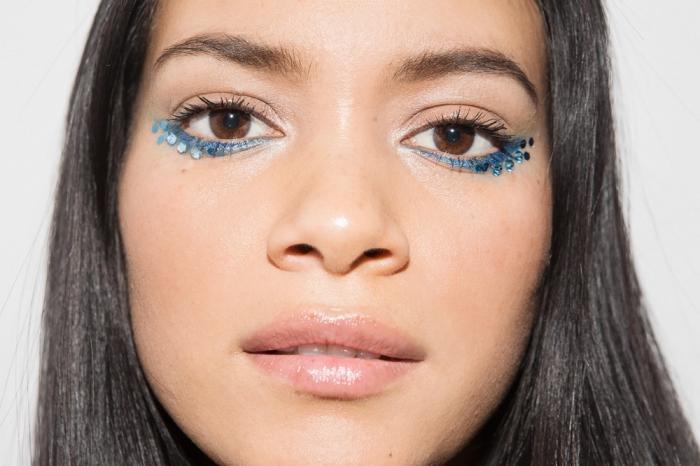 apprendre a se maquiller les yeux facilement pour carnaval avec eye-liner strass, idée maquillage simple avec crayon yeux bleu