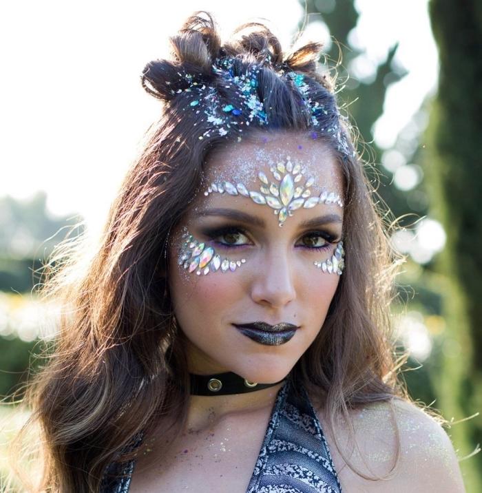 exemple de maquillage paillette festival avec strass sur le front et sous les yeux, make-up avec strass sous les yeux