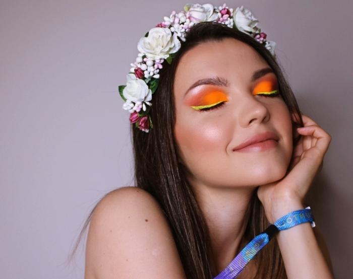 look de fête facile avec accessoires cheveux, idée de maquillage festival avec ombres à paupières flashy en orange