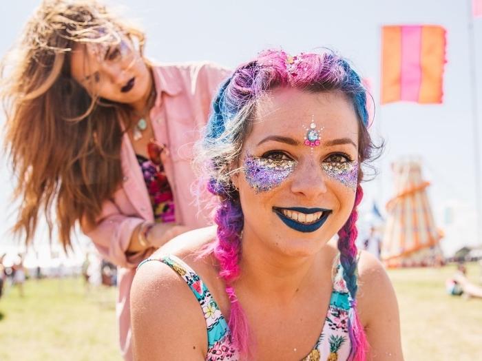 apprendre a se maquiller bien les yeux pour un festival, make-up avec gel pailleté sous les yeux et rouge à lèvre fluo
