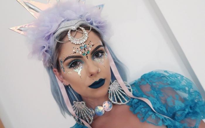 exemple de coachella makeup facile et original à faire soi-même avec gel pailleté et strass visage de nuances turquoise