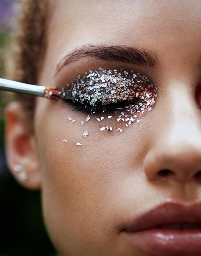 exemple comment bien se maquiller les yeux pour un festival, idée de make-up glamour avec gel pailleté en argent