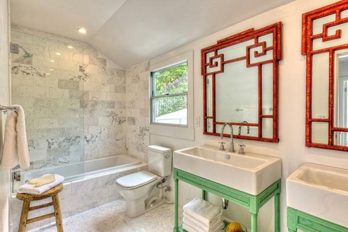 Rouge et vert détails dans la salle de bain marbre blanc et peinture blanche , inspiration salle de bain verte aménagement simple