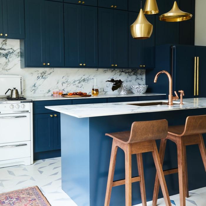 Lustres dorés en dessous de l'ilot en marbre, comment décorer une cuisine bleu nuit, idée couleur cuisine