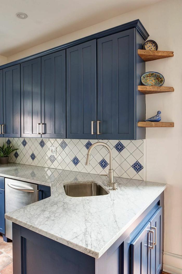 Couleur froide associée au blanc idée cuisine bleu gris, quelle couleur se marie avec le bleu foncé luxueux