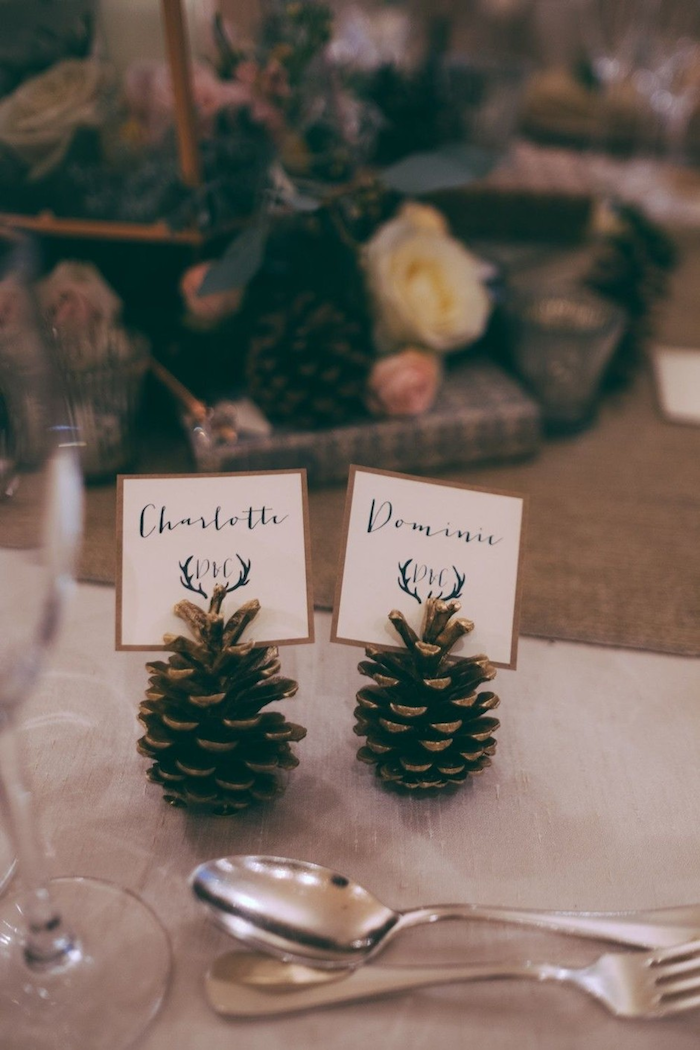 Cones de pin pour marques place mariage rustique, idée comment decorer menu mariage champetre, fleurs de champ bouquet de mariée