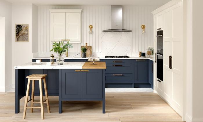 Ilot en bois et marbre, cool idée originale de design cuisine bleu marine, comment associer les couleurs