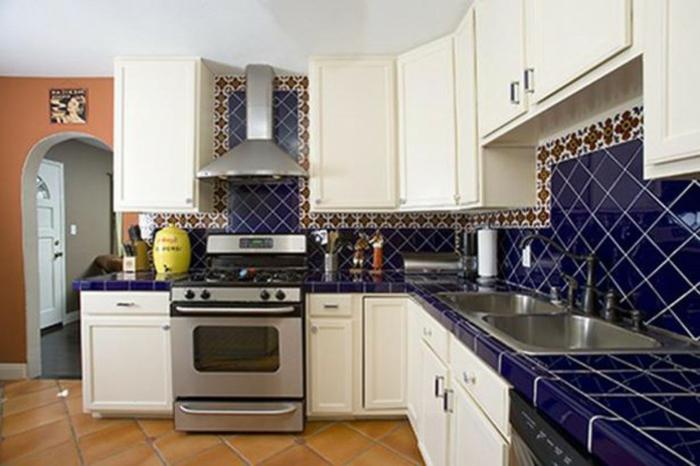 Méditerranéenne cuisine mur bleu et blanc carrelage, quelle couleur se marie bien avec le bleu canard