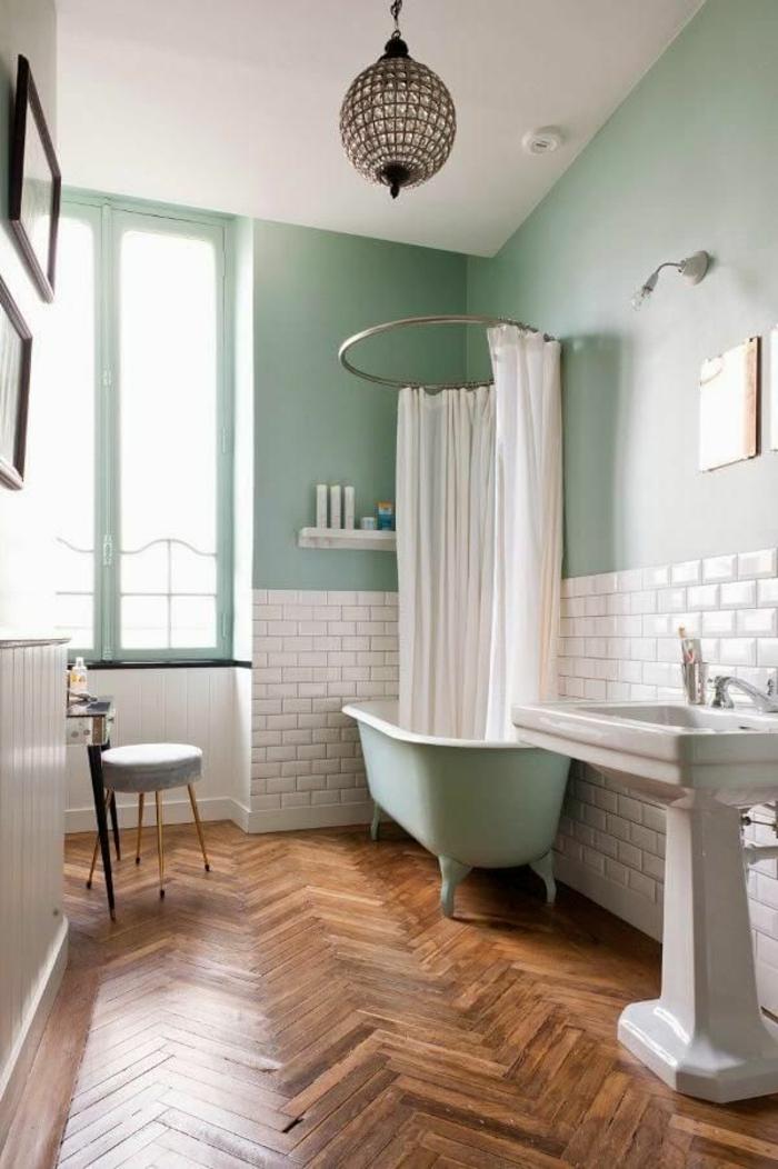 Rétro salle de bain avec baignoire et sol plancher en bois, idée peinture salle de bain vert, comment marier les couleurs