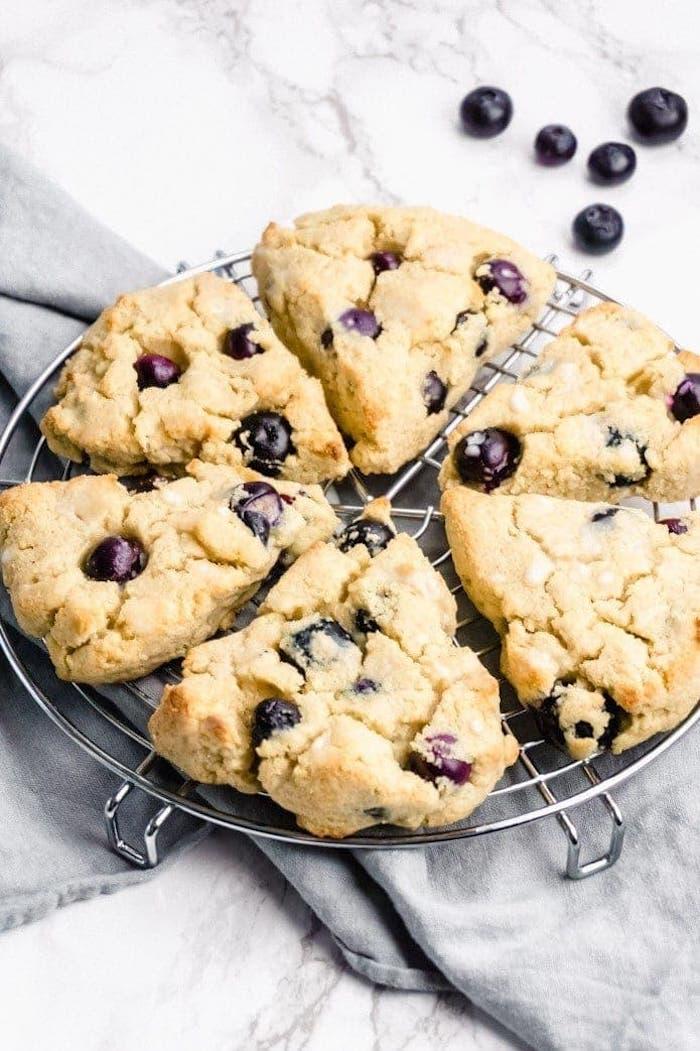 suivre une diète cétogène quels aliments consommer, recette petit dejeuner keto scone aux myrtilles avec farine d amande
