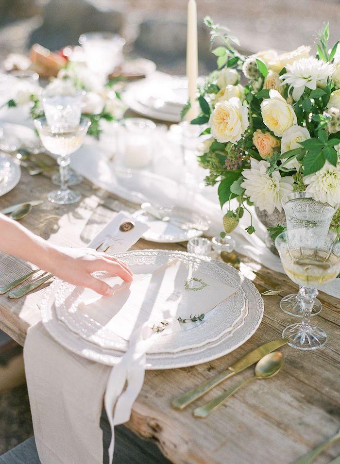 Table en bois flotté bien décoré de fleurs blanches mariage champêtre chic, theme de mariage champetre