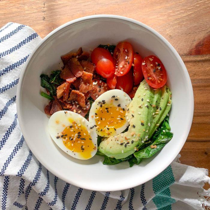 bol de petit déjeuner cétogène aux oeufs durs, tranche d avocat, bacon grillé, tomates cerise, epinards cuits