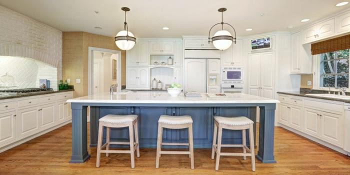 BLanc et bleu pour la déco déco cuisine rustique ilot bleu mur blanche, aménagement cuisine moderne en bleu