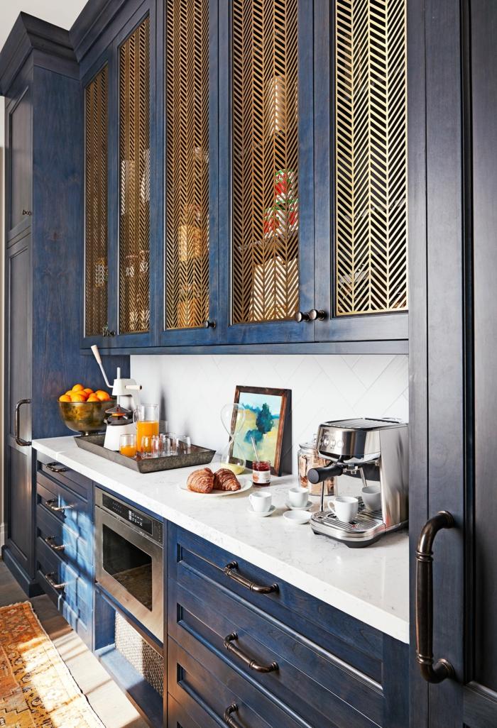 Doré net et cabinet peinture bleu nuit, cuisine bleu nuit belle association au blanc idée deco retro cool