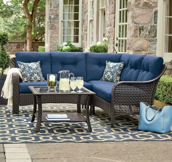 Canapé en angle blue en rotin pour la veranda bien aménagée, terrasse moderne, confort avec meubles extérieur de jardin