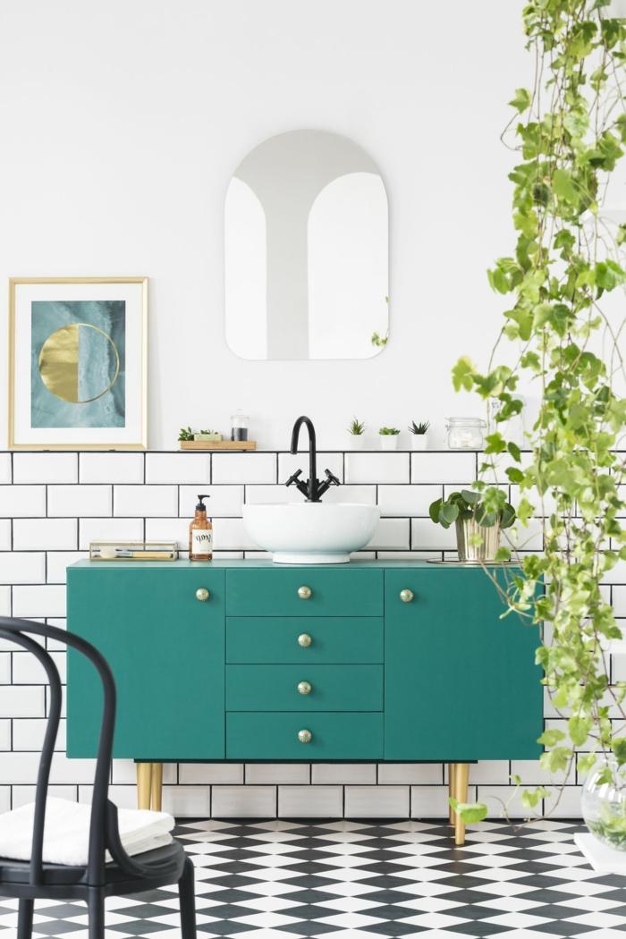 Meuble lavabo vintage à couleur vert de gris pastel, idée couleur salle de bain, décoration murale salle de bain plante verte