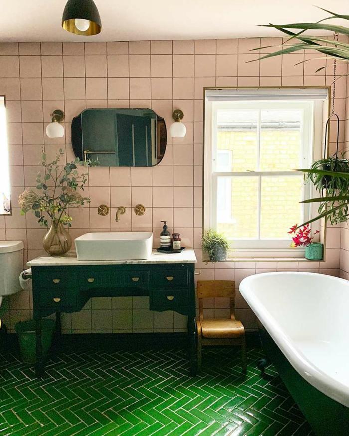 Rose carrelage sur le mur et sol vert salle de bain colorée, décoration murale salle de bain moderne