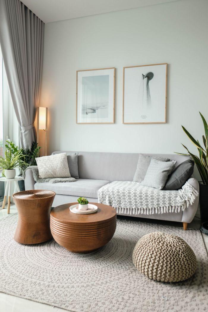 deco salon gris et blanc style scandinave avec table en cuivre au centre, idee amenagement salon cocooning