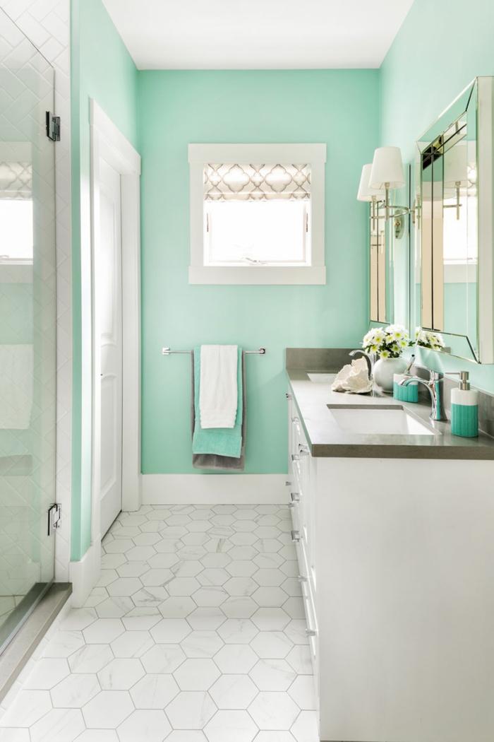 Menthe peinture mur et blanche carrelage sur le sol salle de bain vert d'eau, déco petite salle de bain, peinture vert de gris