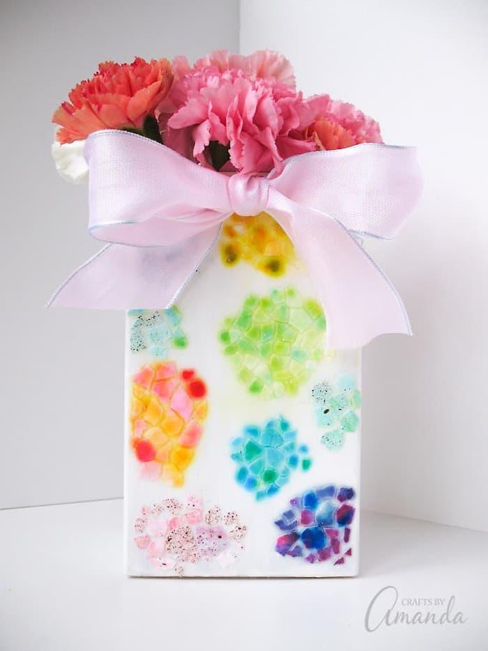 Porcelaine blanc décoré de colorés oeuf craques, bouquet cadeau a faire soi meme facile pour la fete de paques originale idee