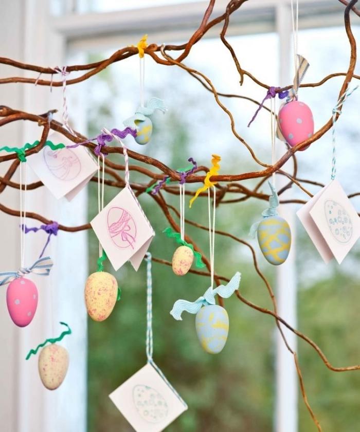 deco paques exterieur ou intérieur, exemple comment décorer un arbre avec cartes et oeufs peints pour la fête des Pâques
