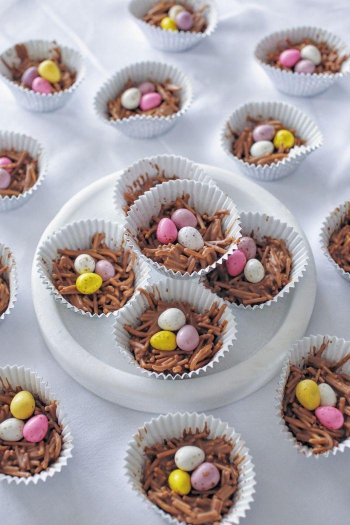 comment préparer un petit gateau au chocolat de paques dans un moule à muffin, idée mini dessert au chocolat fondu