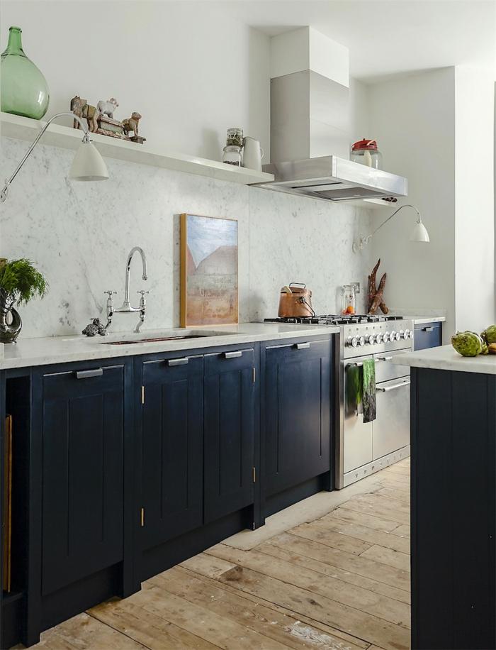 Vase grande en verre verte, belle nuance de bleu, cuisine bleu nuit design d'intérieur stylé four métal