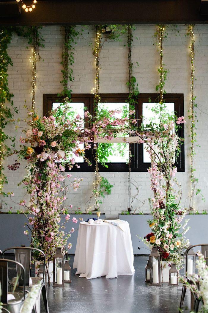 Arc fleurie decoration mariage champetre, décoration mariage champêtre table ronde avec nappe blanche