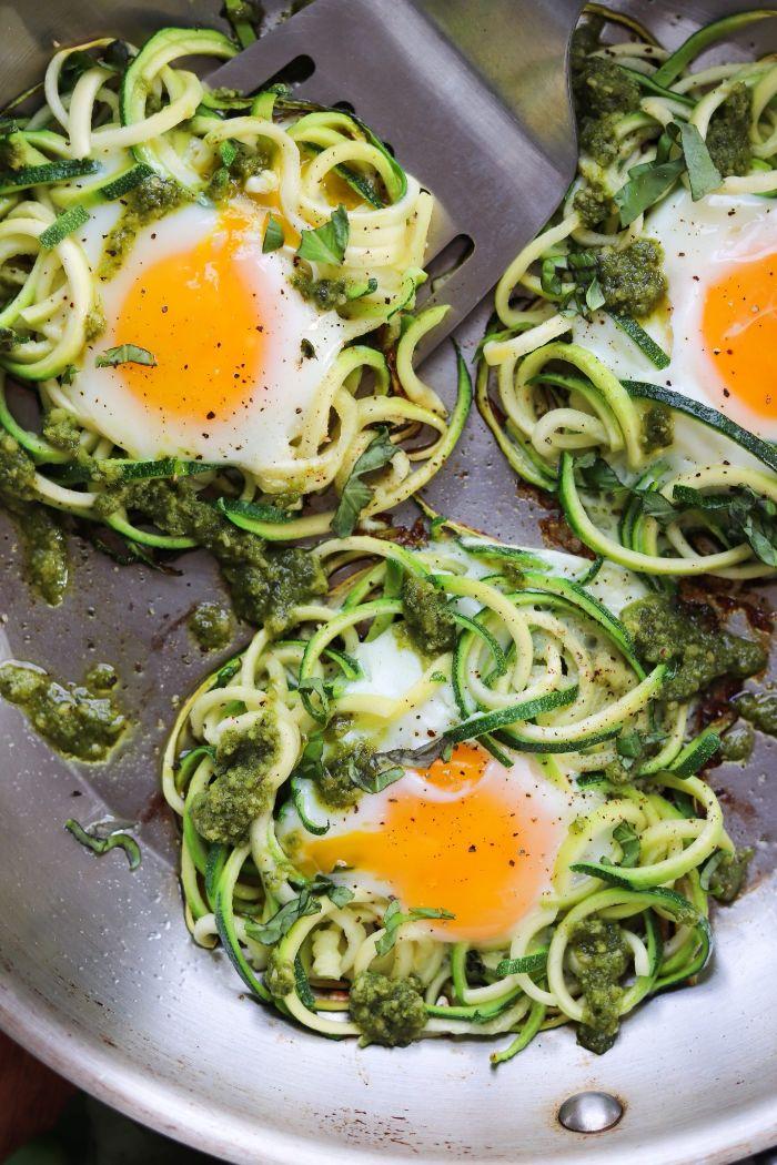 nids de courgette aux oeufs et sauce pesto, exemple alimentation cétogène, petit dejeuner ideal