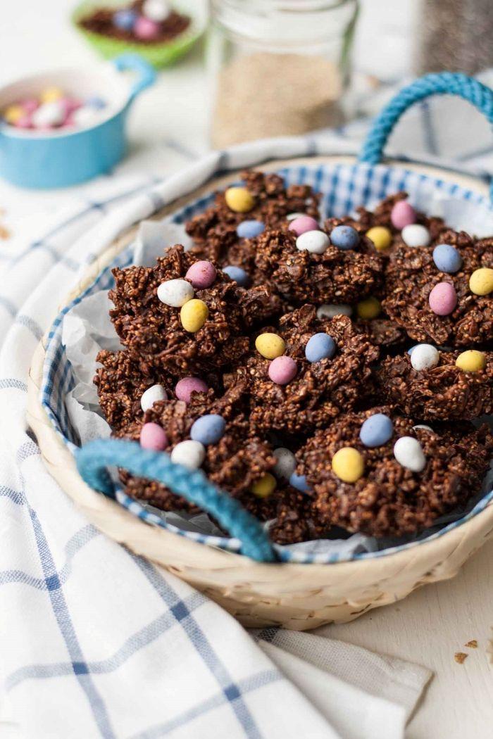 idée de mini gateau au chocolat de paques en forme de nid, recette cookies au chocolat facile avec décoration œufs en chocolat