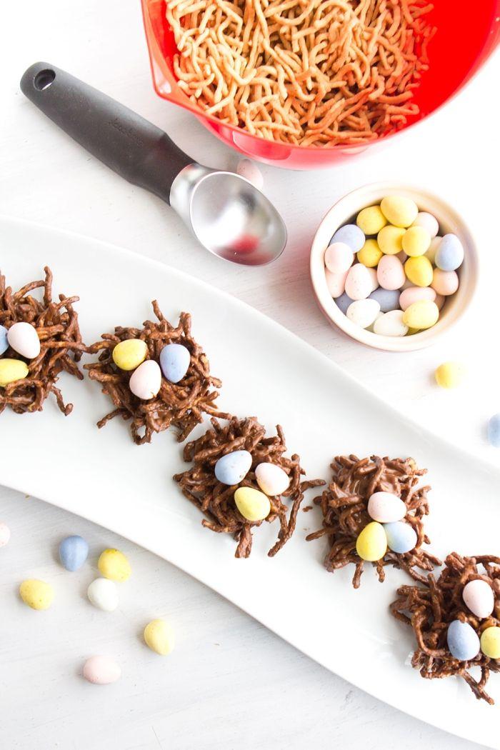 idée de centre de table pour la fête de pâques avec mini dessert paques au chocolat fondu et nouilles frites croustillantes