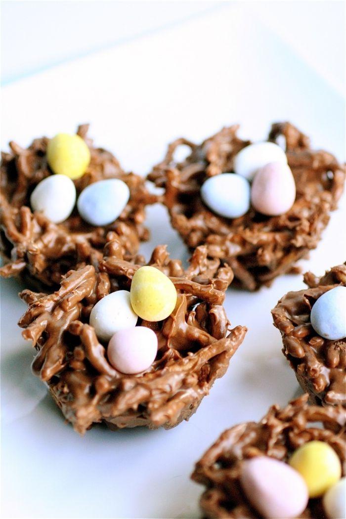 idée pour faire un petit gâteau de pâques simple et rapide, mini gâteau nid aux nouilles frites et chocolat au lait fondu