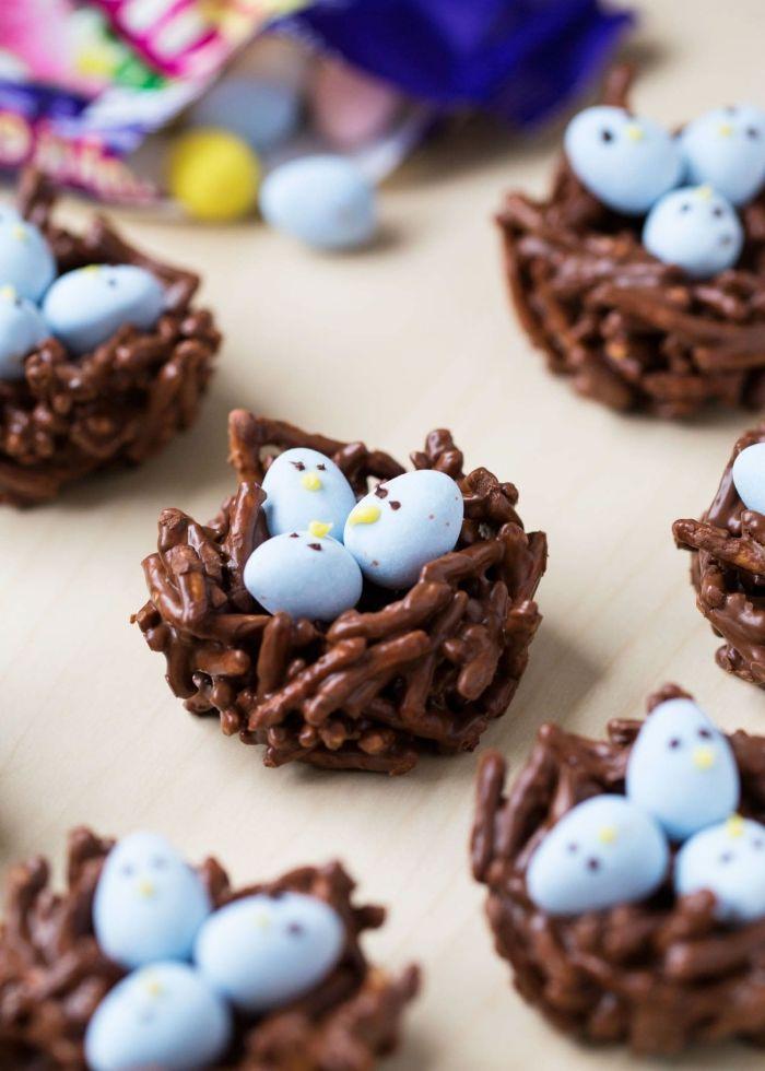 mini gateau de paques au chocolat facile à faire, amuse-bouches pour Pâques en forme de nid en nouilles frites et chocolat