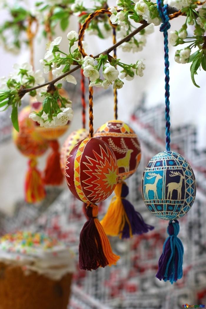 deco paques exterieur facile, exemple comment décorer un arbre fleuri avec oeufs de pâques suspendu et peints