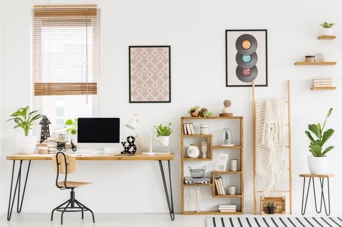 modèle de bureau en bois avec pieds en métal noirci dans un coin office à domicile aménagé avec meubles en bois clair