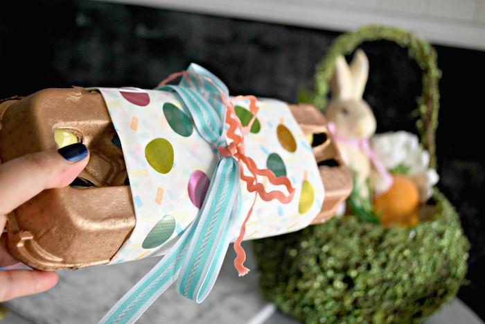 Paquet boite d'oeufs décoré de papier coloré activité manuelle paques, idee cadeau paques a faire soi meme