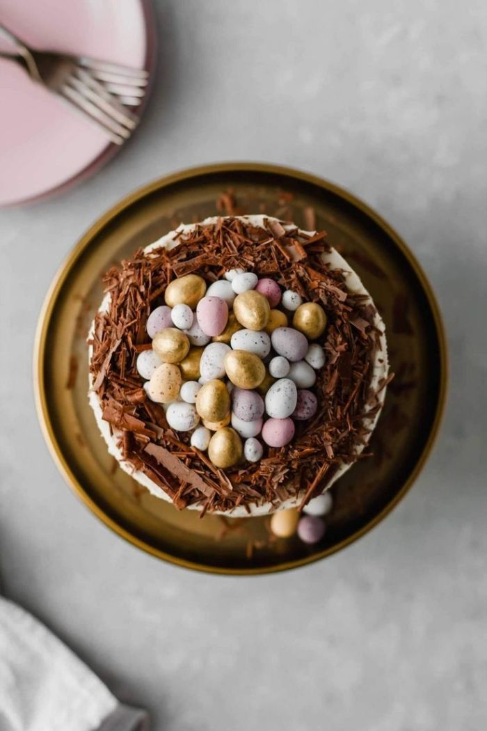 comment décorer un gateau nid de paques original avec chocolat râpé et œufs en chocolat, idée dessert au chocolat facile